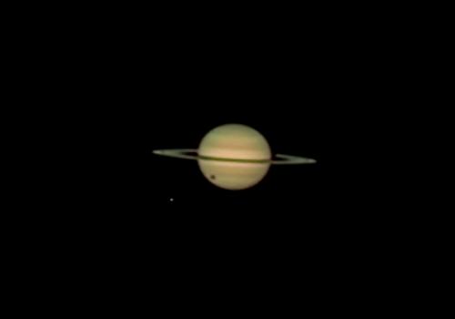 泰坦的阴影穿过土星的盘子